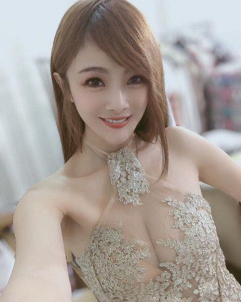 「爆乳修車妹」小桃子常在臉書分享性感美照(圖:擷自小桃子臉書)