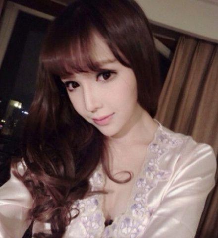 北舞校花夢妮的微博「很高調」,分享性感火辣的爆乳照。(圖擷取自微博)