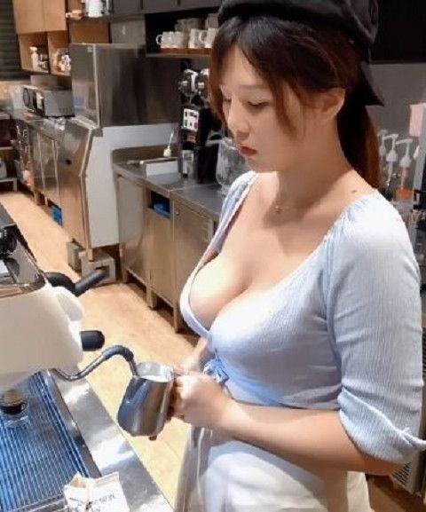路易莎咖啡店長胸前布料相當少,露出深邃事業線(圖/擷取自「大奶薇薇-台灣沖田杏梨」臉書)