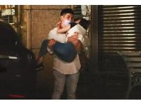 G奶女神熊熊被公主抱回家,特斯拉男車牌「0857恁爸有錢」